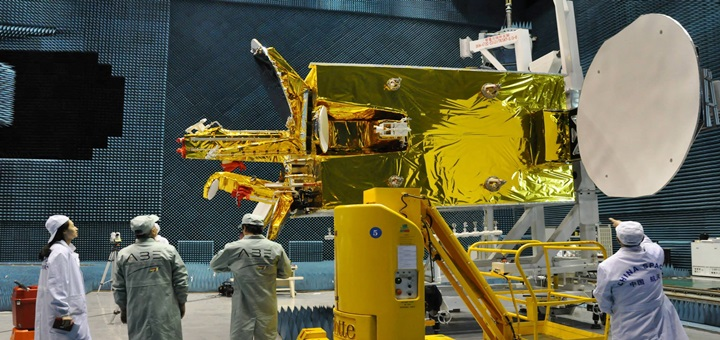 Técnicos de ABE y expertos de China trabajan en la construcción del satélite Túpac Katari. Imagen: ABE.