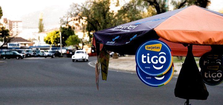 Venta de tarjetas de recarga Tigo en Bolivia. Imagen: Carling Hale/Flickr.