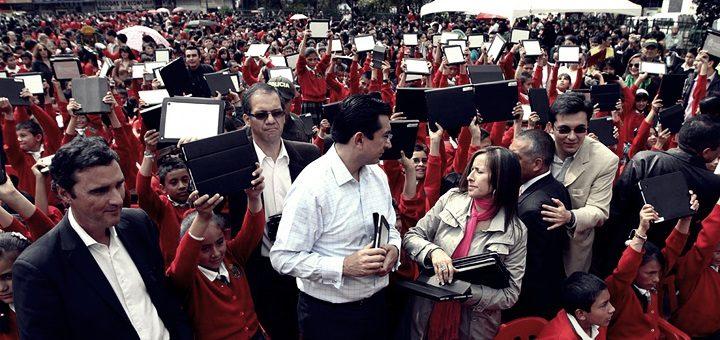 Ministro Diego Molano entrega tabletas a niños en el departamento de Boyacá en 2013. Imagen: Mintic.