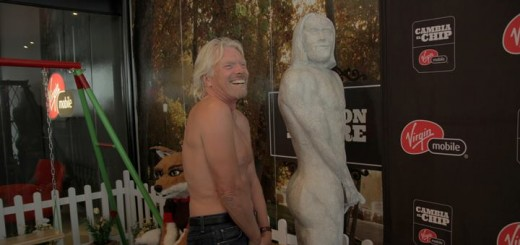 Richard Branson en las oficinas de Virgin Mobile en Chile. Imagen: Virgin Mobile