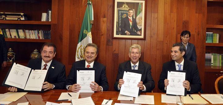 Firma de memorándum para la cesión de concesión de CFE a Telecomm. Imagen: SCT