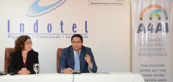 El presidente del Indotel, Gedeón Santos, y la directora ejecutiva de la Alianza para un Internet Asequible (A4AI), durante la firma del memorando de entendimiento. Imagen: Indotel