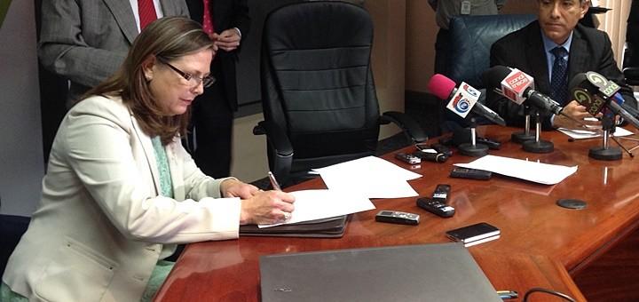 Gisella Kopper, ministra de Ciencia, Tecnología y Telecomunicaciones en la firma del nuevo Sistema Integrado de Compras Públicas. Imagen: Micitt