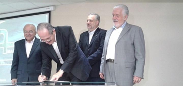 Los ministerios de Defensa, Comunicaciones y Ciencia y Tecnología firman ordenanza sobre Amazonas Conectada. Imagen: Ministerio de Comunicaciones de Brasil