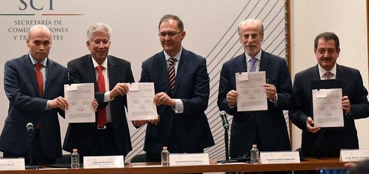 Firma del contrato por la Red Compartida. Imagen: SCT