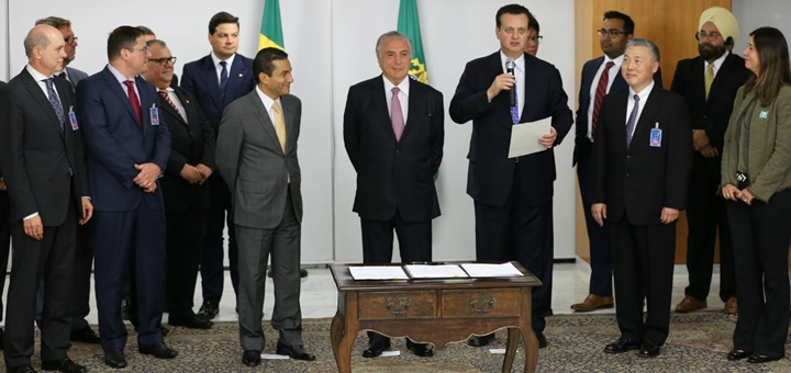 Firma de MOU entre el gobierno y privados. Imagen: MCTIC.
