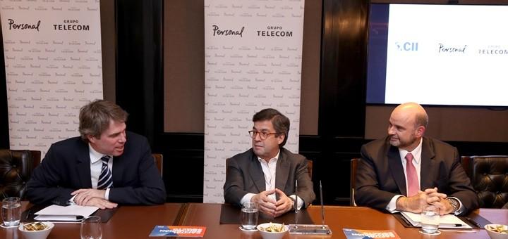 James Scriven, Gerente General de la CII; Luis Alberto Moreno, Presidente del Grupo BID; y Germán Vidal, CEO del Grupo Telecom, durante la firma del acuerdo de financiación por U$$ 100 millones. Imagen: Telecom Argentina