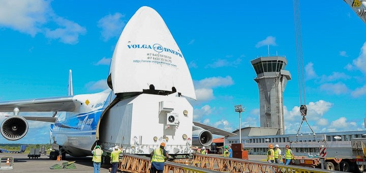 El satélite 37e llega al aeropuerto de Cayena, en Guayana Francesa. Imagen: Intelsat.