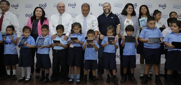 Entrega de tabletas de Tigo El Salvador. Imagen: Tigo El Salvador.