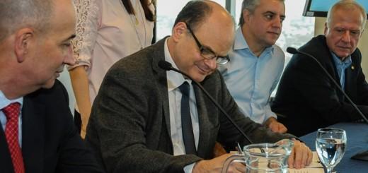 Andrés Tolosa firma acuerdo en nombre de Antel. Imagen: Antel.