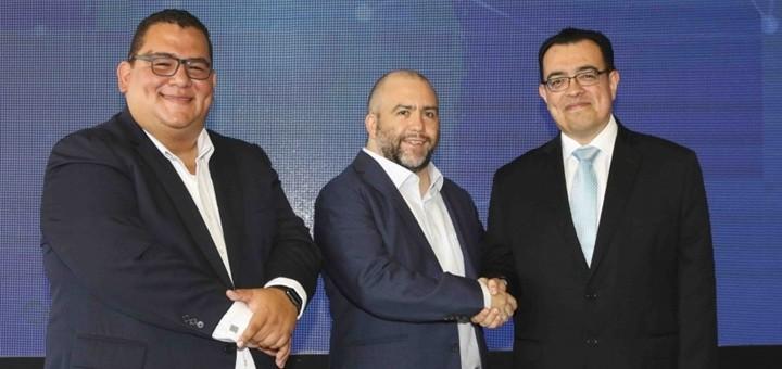 Daniel Barrientos, director Ejecutivo de Tigo Money; Marcelo Alemán, CEO de Tigo y Óscar Cabrera, presidente del Banco Central de Reserva. Imagen: BCR.