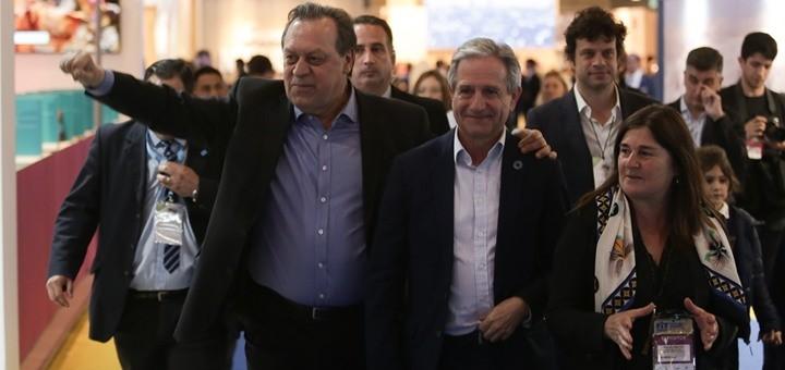 Andrés Ibarra recorre la feria FIT junto al secretario de Turismo, Gustavo Santos. Imagen: Secretaria de Turismo.